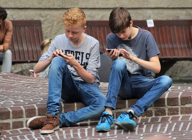 Mobile Gaming - Zwei Kinder spielen am Handy