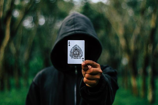Open World Games - Junge mit Karte in der Hand steht in der Natur
