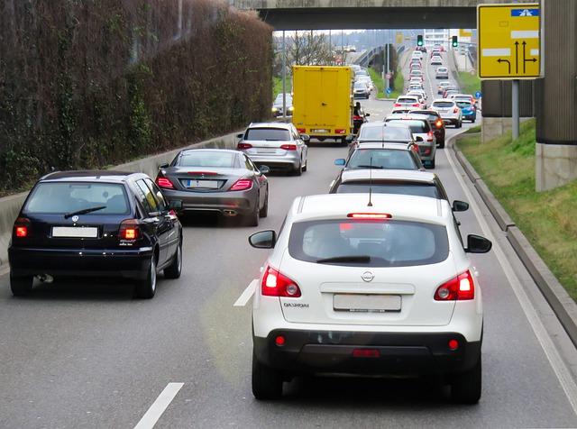 Autos stehen im Stau vor einer Brücke
